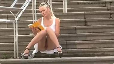 Superbe blonde qui s'exhibe en public